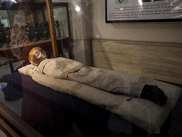Múmia de uma criança chamada Amenhotep é exibida no Museu Egípcio, no Cairo (Foto: Mahmoud Khaled/AFP)