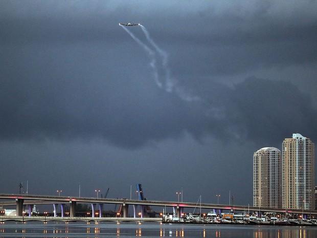 Foto de 12 de agosto mostra avião fumigando bairro de Wynwood, em Miami, na Flórida (Foto: Joe Raedle/Getty Images North America/AFP)