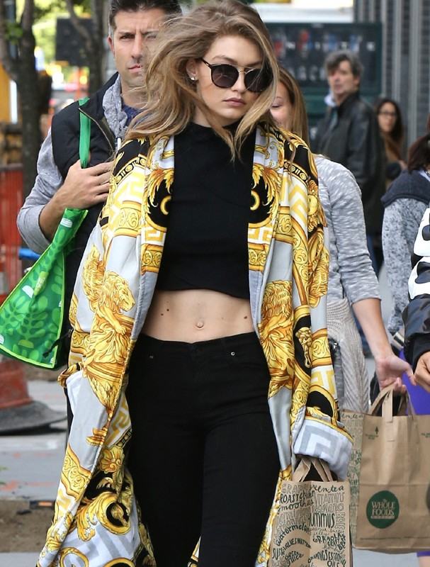 New York, ESTADOS UNIDOS - Gigi Hadid is spotted out with a friend shopping at Whole Foods. The 21-year-old model shows off her toned midriff wearing a crop top and black jeans paired with an oversized printed coat. AKM-GSI 15 MAIO 2016 Carolina Ferna (Foto: AKM-GSI)