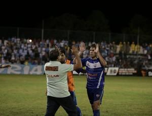 Danilo Galvão comemora o gol com o pai e técnico, João Galvão (Foto: Ulisses Pompeu/Especial)