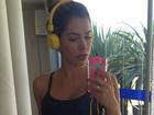 De top, ex-BBB Adriana faz selfie para contar que se exercita