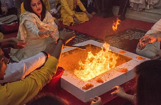Monges do ashram Parmarth Niketan fazem oferenda ao fogo (Foto: © Haroldo Castro/Época)