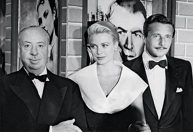NAS TELAS 6. O diretor Alfred Hitchcock, Grace Kelly e o estilista Oleg Cassini na estreia do filme Janela indiscreta, em 1954 (Foto: divulgação)