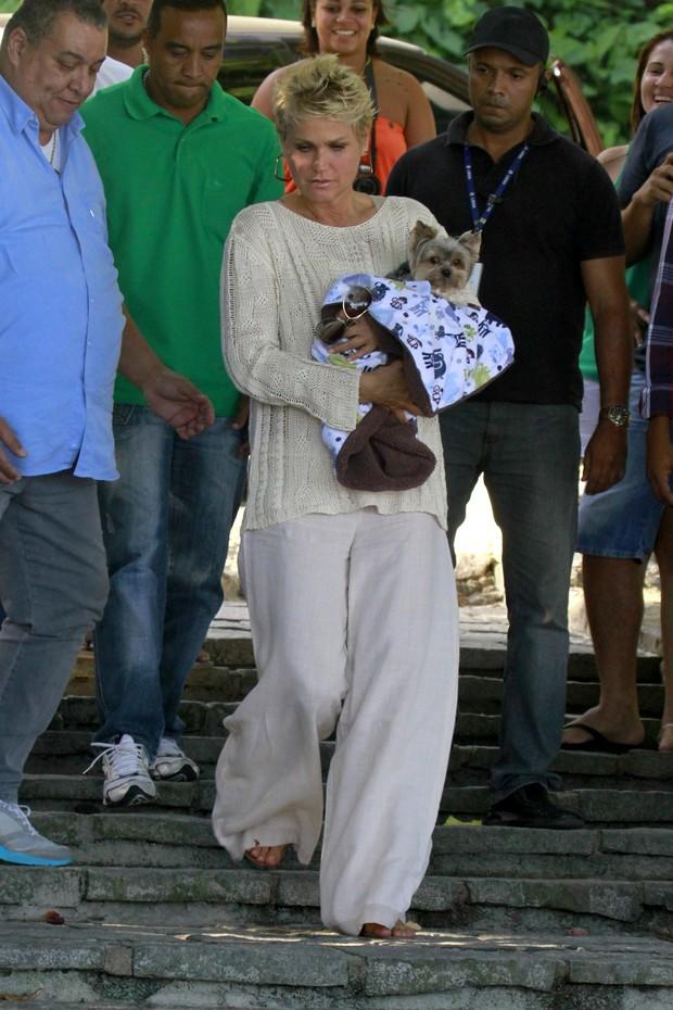 Xuxa em gravação na praia da Barra da Tijuca, RJ (Foto: Dilson Silva  / Agnews)