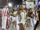 Luana Bandeira aposta em look curtinho e transparente para sambar