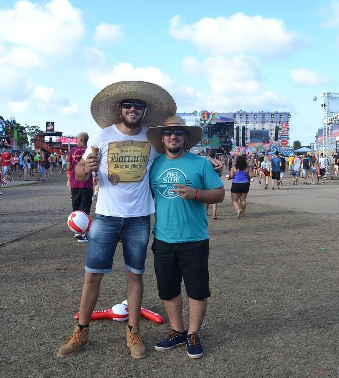 João Souza, 20 anos, e Marllon Alves, 21, curtem Planeta com chapéu de palha (Foto: Igor Grossmann/RBS TV)