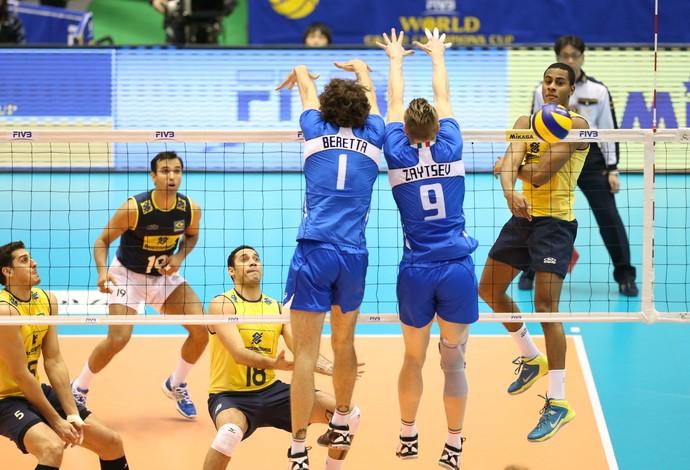Lucarelli impede bloqueio italiano na Copa dos Campeões (Foto: Divulgação/FIVB)