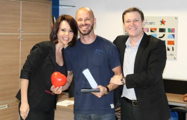 O editor-chefe do Jornal do Almoço recebeu troféu por edição especial (Foto: Jefferson Douglas/RBS TV)