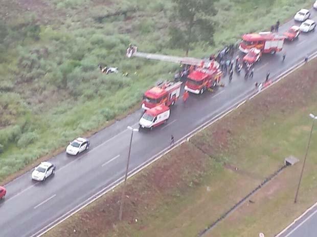 Bombeiros resgatam policiais que estavam na viatura que caiu em ribanceira no Gama (Foto: Polícia Militar/ Divulgação)