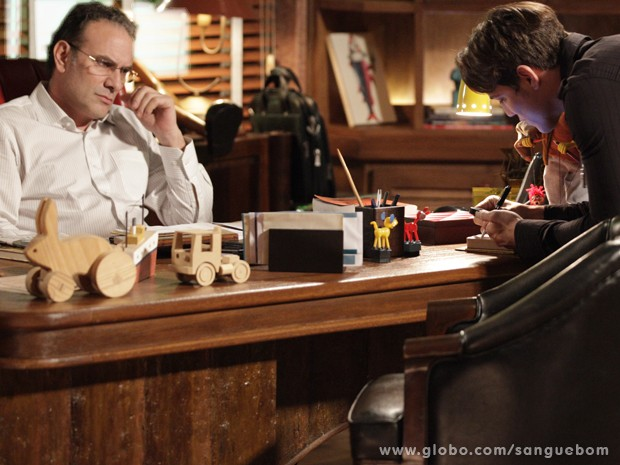 Tito dá o telefone de mulher-fruta para Wilson (Foto: Sangue Bom/TV Globo)