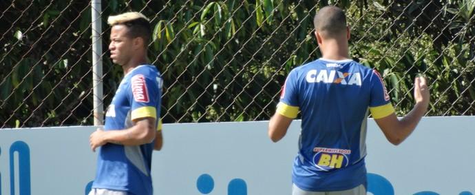 Rafael Silva e Mayke foram liberados do departamento médico e fazem trabalho à parte (Foto: Maurício Paulucci)