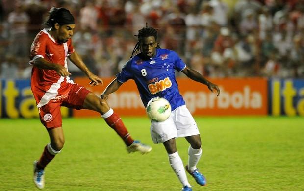 Náutico x Cruzeiro - Araújo - Tinga (Foto: Aldo Carneiro / Pernambuco Press)