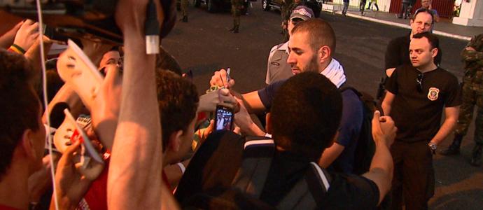 Benzema deu autógrafo para estudante após treino em Ribeirão Preto (Foto: Alexandre Sá/ EPTV)