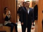 Mayra Cardi ajuda o marido a escolher terno