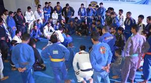 Repassando a posição para os atletas (Foto: Tércio Neto/GloboEsporte.com)