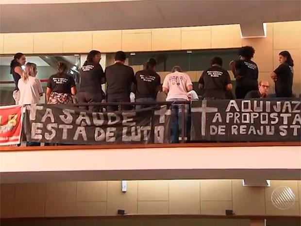 Em protesto, servidores viraram as costas para deputados (Foto: Reprodução/TV Bahia)
