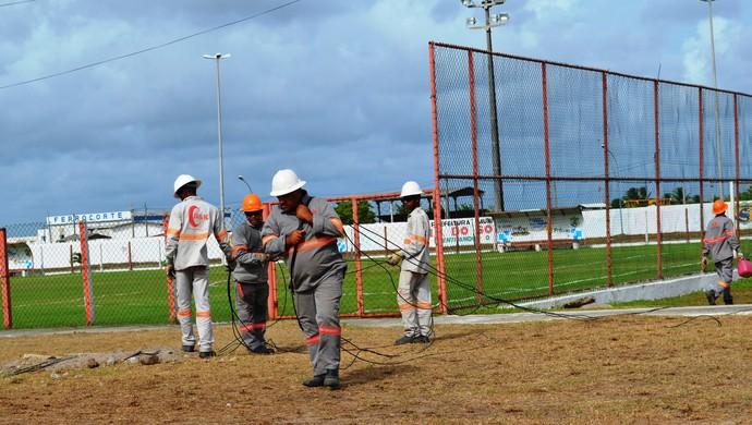 Funcionários instalaram os fios e lâmpadas no estádio Wellington Elias (Foto: Felipe Martins/GLOBOESPORTE.COM)