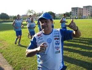 Técnico do São Bento Edson Vieira - comanda treino (Foto: Rafaela Gonçalves / GLOBOESPORTE.COM)