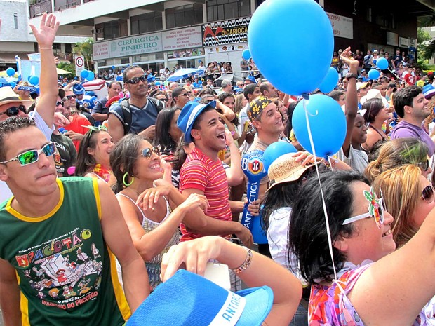 Foliões durante concentração do bloco Pacotão, no carnaval de Brasília (Foto: Lucas Nanini/G1)