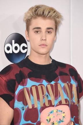 Justin Bieber em prêmio de música em Los Angeles, nos Estados Unidos (Foto: Jason Merritt/ Getty Images/ AFP)