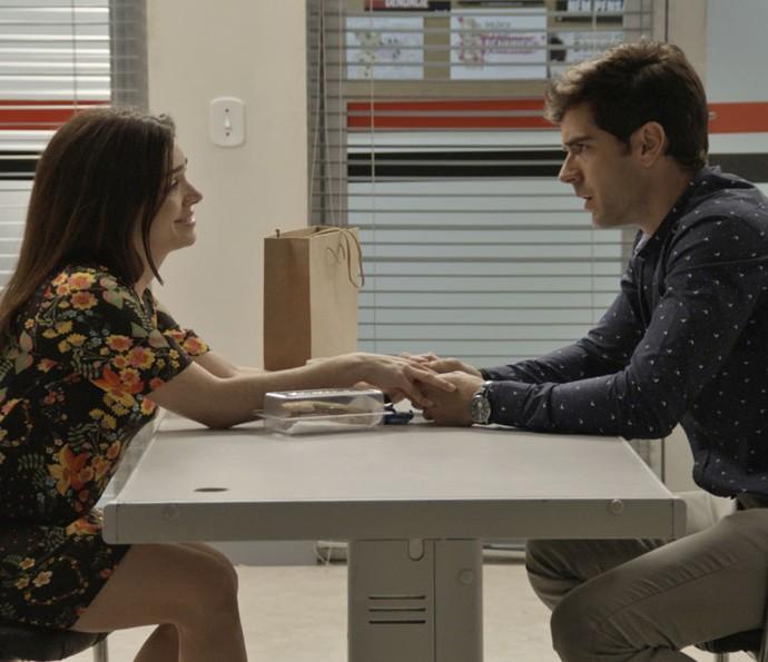 Felipe se sensibiliza com a situação da namorada (Foto: TV Globo)