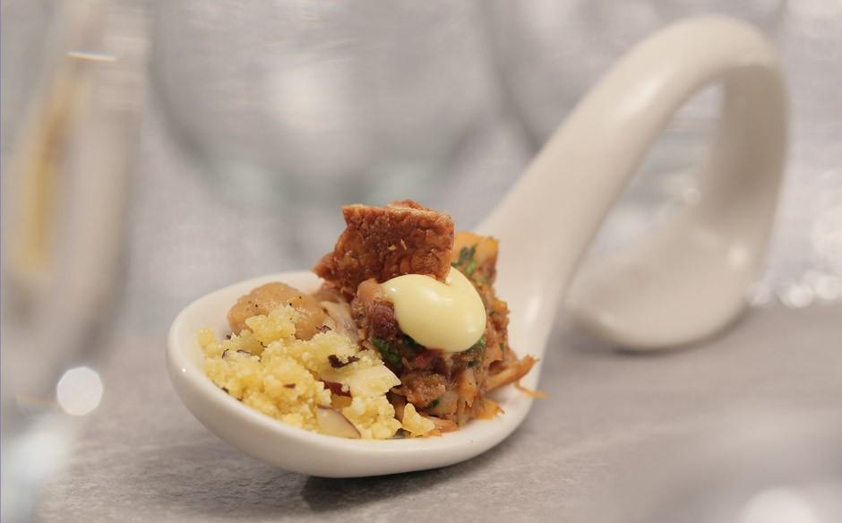 Sobrecoxa de frango com farofa de pequi (Foto: GNT)