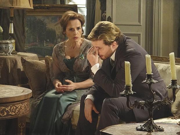Edgar conversa com a mãe e percebe que errou com Laura (Foto: Lado a Lado / TV Globo)