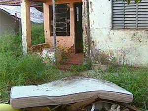 Imóvel abandonado na Vila Xavier gera reclamação de moradores (Foto: Reprodução EPTV)