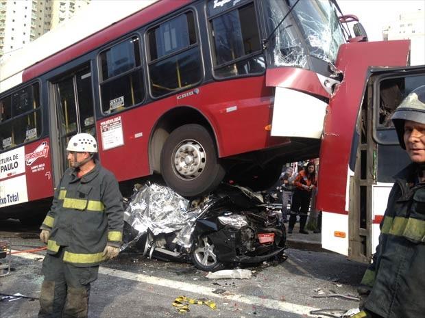 Veículo esmagado por ônibus no acidente tem placa vermelha (Foto: Letícia Macedo/G1)