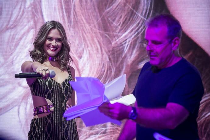 Ju Paiva toda linda ao lado do diretor Marcus Figueiredo (Foto: Gshow)