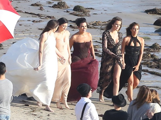 X17 - Kendall, Kylie, Kris Jenner, Khloe e Kim Kardashain em ensaio na praia de Malibu, em Los Angeles, nos Estados Unidos (Foto: X17/ Agência)