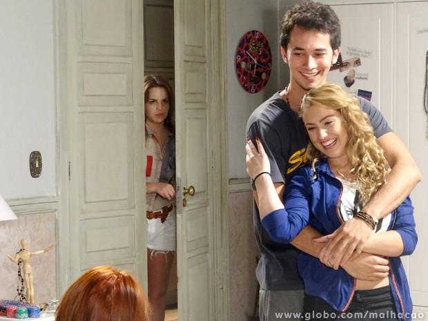 Anita chega bem na hora em Meg e Ben lembra da época em namoravam. (Foto: Malhação/TV Globo)