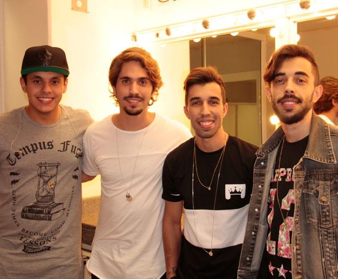 Caio, Vitor Dutra, Danilo e Pablo nos bastidores do Altas Horas (Foto: Marcos Mazini/Gshow)