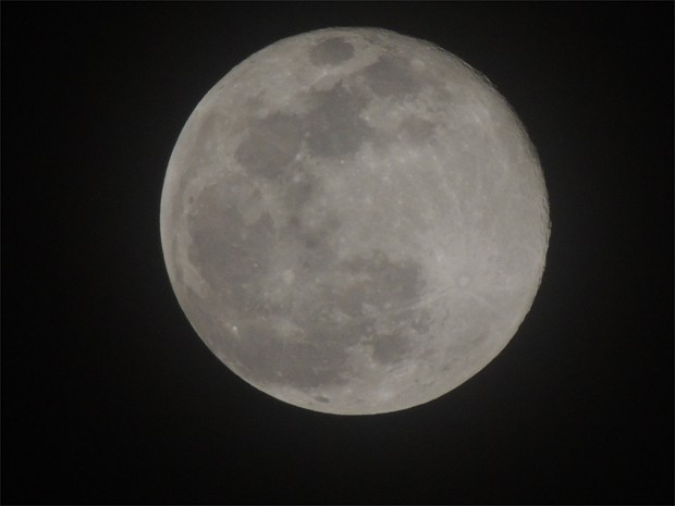 A superlua também foi observada em Ribeirão Preto (SP). A internauta Adriana Santos Ramos fotografou o fenômeno às 20h30 deste domingo (23) no bairro Planalto Verde, na Zona Oeste da cidade. Um dos principais eventos astronômicos de 2013, o fenômeno é o momento em que a lua chega ao ponto mais próximo da Terra e se torna maior aos olhos dos observadores. Isso acontece porque, ao contrário do que se imagina, o giro da Lua ao redor da Terra acontece em formato de elipse e não de circunferência. Por isso, em alguns momentos, o satélite está mais próximo e, em outros, mais distante do planeta. (Foto: Adriana Ramos/VC no G1)
