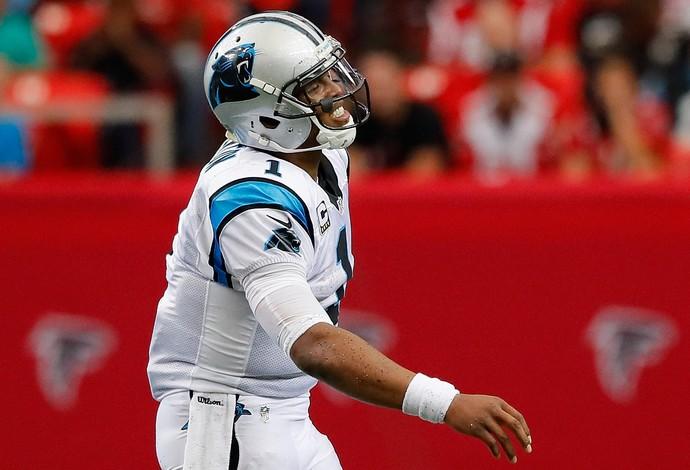 Cam Newton faz cara de dor no confronto com o Atlanta Falcons (Foto: Getty Images)