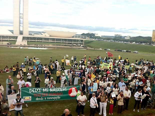 Grupo de manifestantes ocupa Esplanada dos Ministérios, em Brasília, durante marcha contra o aborto (Foto: Rafaela Céo/G1)