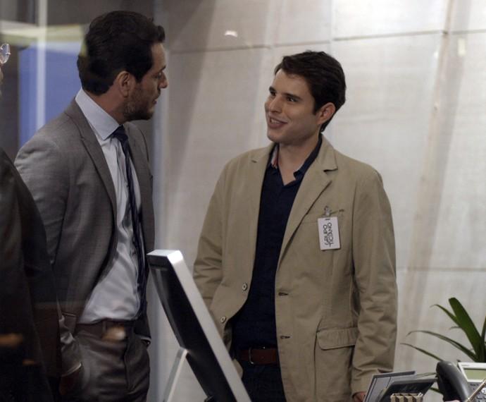 Edgard consegue uma vaga na empresa de Alex e encontra com o todo-poderoso logo no primeiro dia (Foto: TV Globo)