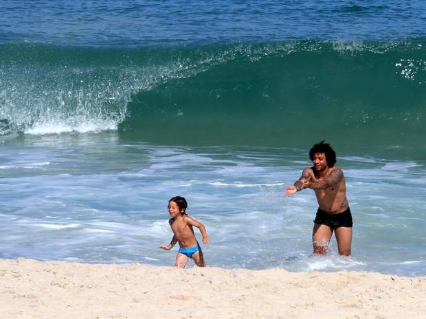 Marcelo, jogador do Real Madrid, com filho (Foto: Wallace Barbosa/AgNews)