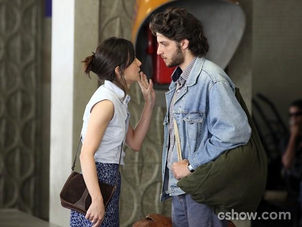 Na rodoviária, Cora solta seu veneno e mente para Zé (Foto: Carol Caminha/TV Globo)