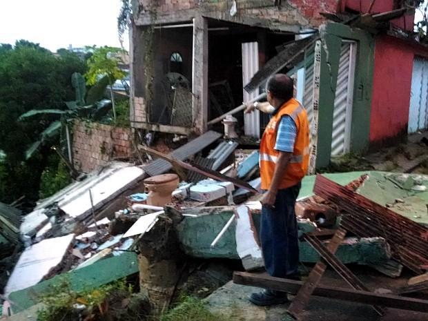Casa desabou e afetou outras duas  (Foto: Romulo de Sousa/G1 AM)