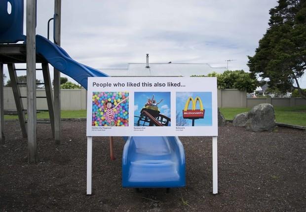 Placa colocada em playground na Nova Zelândia (Foto: Divulgação Scott and Ben)