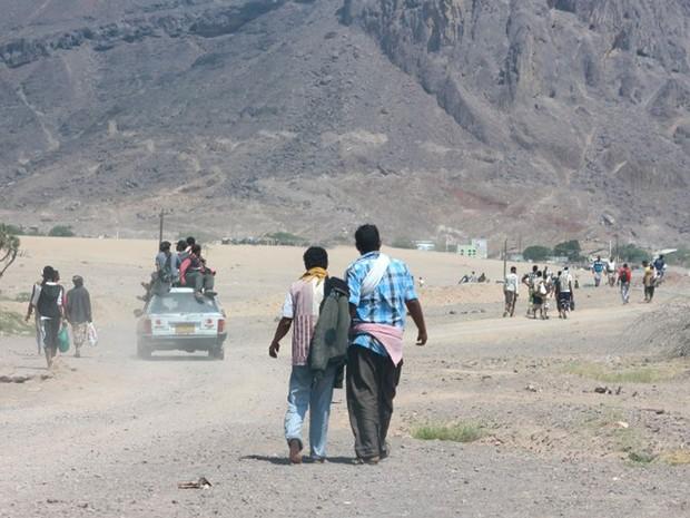 Recrutas deixam campo militar de Ras Abbas, no Iêmen, onde atentado suicida deixou 14 mortos nesta quarta-feira (17) (Foto: Saleh Al-Obeidi / AFP)