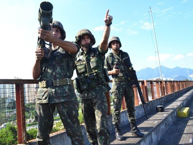 Soldados posicionam míssel nesta quinta-feira (14) para proteger  região do Riocentro (Foto: (Foto: Brigada de Artilharia Antiaérea/Divulgação))