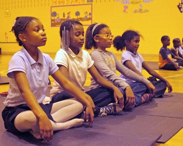 Escola norte-americana aposta em meditação para acalmar alunos (Foto: Reprodução Facebook)