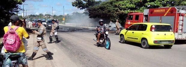Ponte ficou fechada entre as 7h e 8h30 desta querta-feira (11) (Foto: Tássio Andrade/G1)