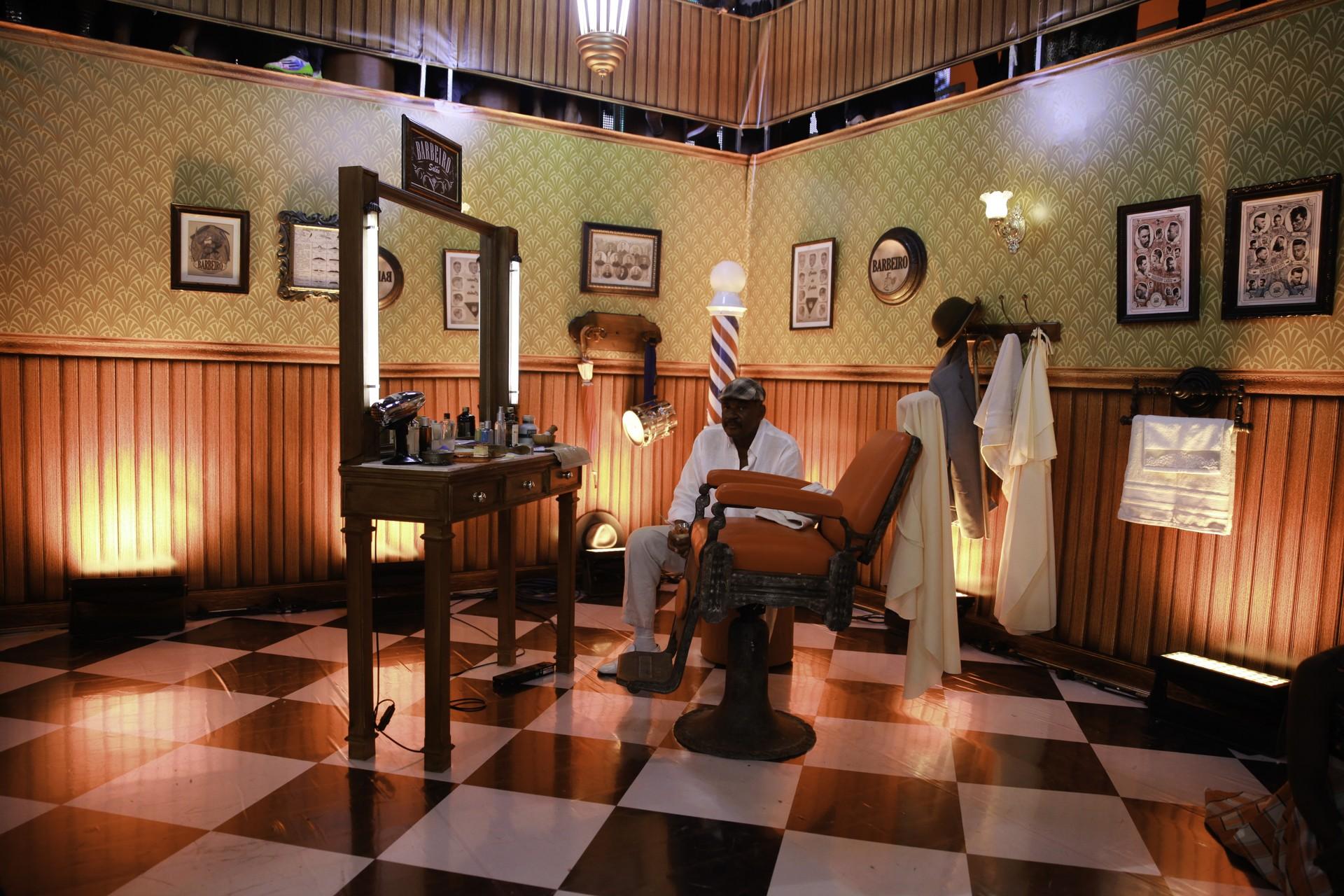 Sr. Dilson, barbeiro há 40 anos, fala sobre sua profissão (Foto:  Globo/ João Januário)