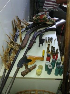 Arsenal foi apreendido na residência de suspeitos (Foto: SSPDS/Divulgação)