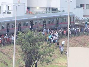 Passageiros pulam cerca para deixar trilho do Metrô-DF em Águas Claras (Foto: Inez Lopes/G1)