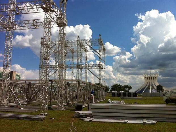 Operários trabalham na montagem do palco para shows de réveillon na Esplanada dos Ministérios, em Brasília  (Foto: Káthia Mello/G1)