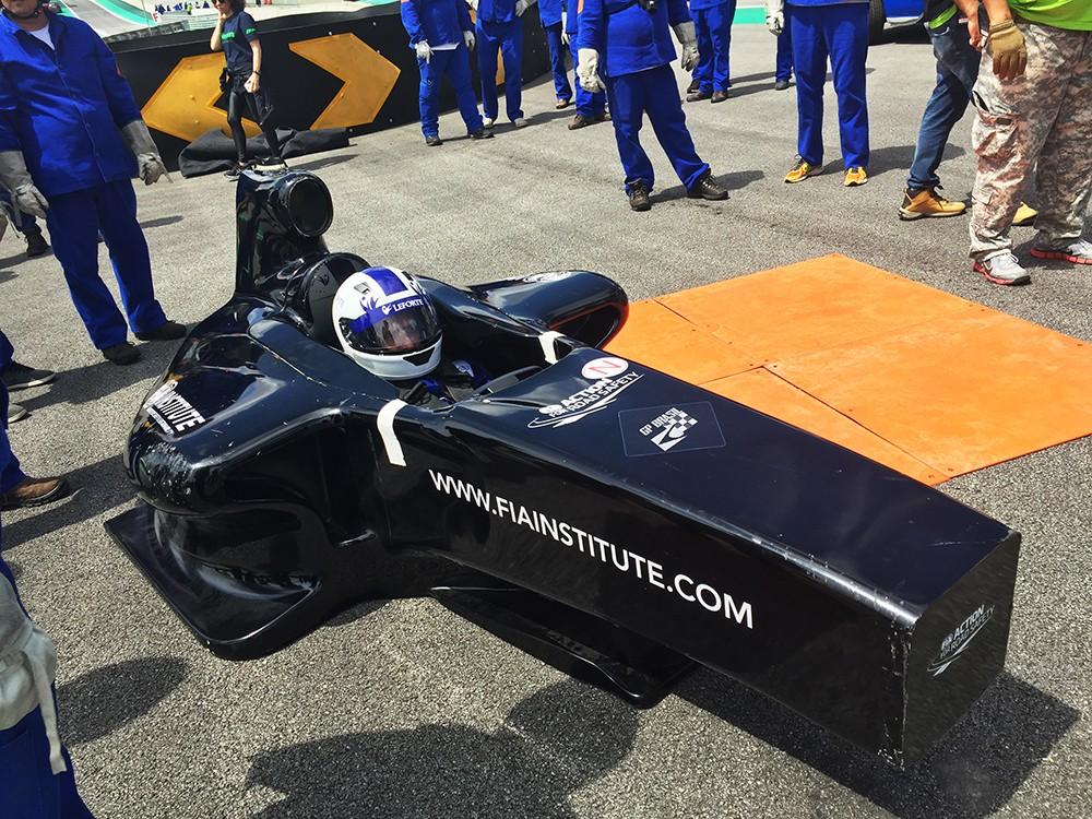 O piloto em posição no cockpit oficial FIA para procedimentos de resgate (Foto: Divulgação/Conexão Saloma)